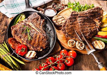 légumes grillés, boeuf, biftecks