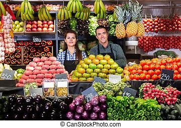 légumes, marché, offrande, deux, vendeurs