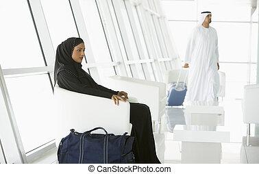 línea aérea, pasajeros, esperar, en, puerta de partida