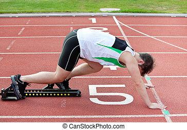 línea, atlético, estadio, comenzar el bloque, hombre, poniendo, pie, el suyo
