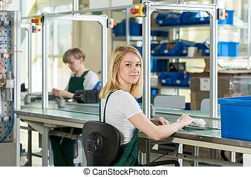 línea de montaje, mujer, trabajando