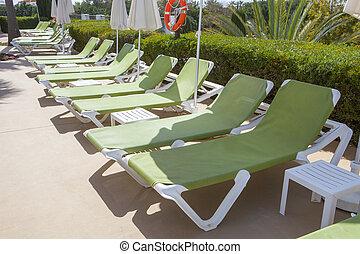 línea, de, verde, sunloungers, en, swiming, piscina