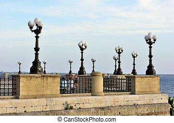 La rotonda sul lungomare - Taranto - Il belvedere che ...
