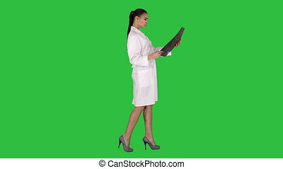 labcoat, balayage, femme, radiographic, personnel, image, chroma, intellectuel, écran, regarder, vert, key., healthcare, blanc, ct, rayon x, mri