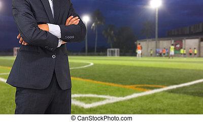 labdarúgás, menedzser, noha, futball terep, és, fényes, spotlights.