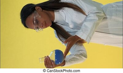 laboratoire, expérimental, jaune, noir, scientifique, femme, liquide, manteau, flacon, arrière-plan., regarder