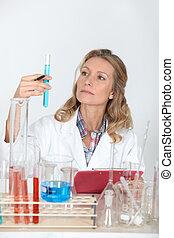 laboratoire, regarder, technicien, femme, eprouvettes