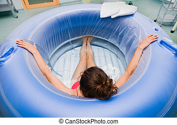 Labour in water - Young pregnant woman during labour in ...