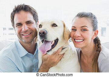 labrador, couple, divan jaune, leur, frottement, heureux