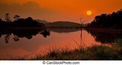 lac, à, coucher soleil