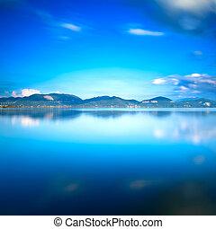 lac bleu, coucher soleil, et, ciel, reflet, sur, water.,...