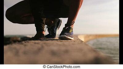 lacet, joggeur, mâle africain, américain, plage, attachement, 4k