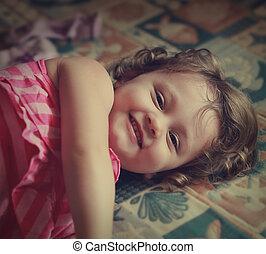 lachen, geitje, meisje, het liggen, op, de, bed., ouderwetse , verticaal