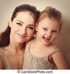 lachen, geitje, samen, met, vrolijke , jonge, mother., closeup, ouderwetse , verticaal