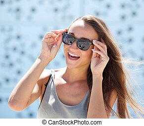 lachen, jonge vrouw , met, zonnebrillen