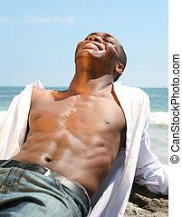 lachen, man, terwijl, het poseren, strand, buitenshuis