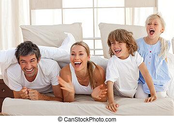 lachen, ouders, spelend, met, hun, kinderen