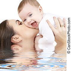lachender, baby, spielende , mit, mutter, in, wasser