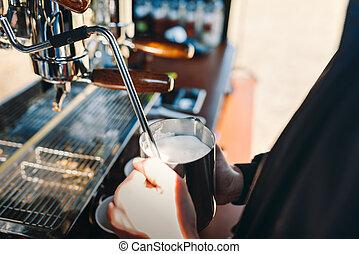 laden, dämpfenden kaffee, barista, milch