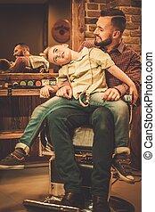 Laden, Junge, wenig, seine, Vater, Herrenfriseur, stilvoll