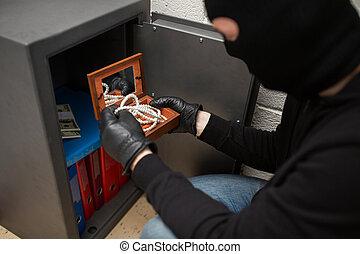 ladrón, robar, artículos de valor, de, seguro, en, escena...