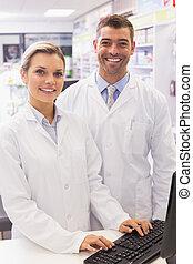 lag, av, pharmacists, betrakta kamera