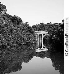 lago, con, puente de piedra, negro y blanco