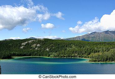 lago esmeralda, cielo, y, montañas, territorio de yukon, canadá