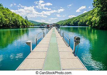 lago, fontana, barcos, e, rampa, em, grandes montanhas...
