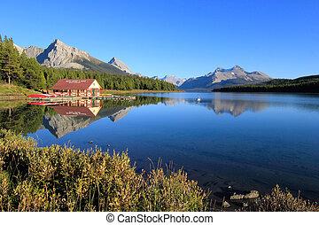 lago maligne, in, jasper parco nazionale, alberta, canada