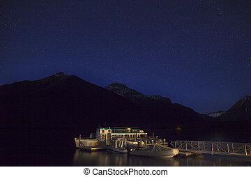 lago mcdonald, noche, con, estrellas, parque nacional del glaciar
