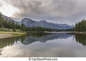 lago montagna, con, riflessione, -, banff parco nazionale