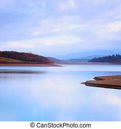 lago montagna, paesaggio, in, uno, freddo, atmosphere.