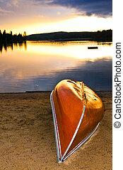 lago, ocaso, con, canoa, en, playa