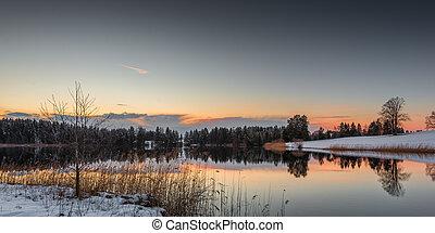 lago pequeño, en, invierno, mientras, cielo anaranjado, de, ocaso, en, baviera