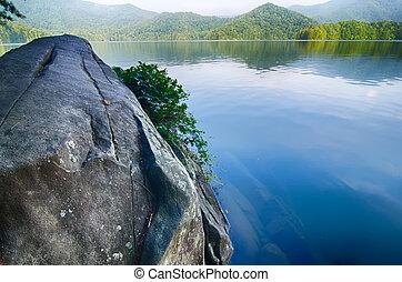 lago, santeetlah, em, grandes montanhas esfumaçadas,...