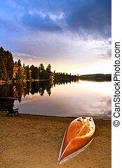 lago, tramonto, con, canoa, su, spiaggia