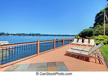 lago, zona portuale, ponte, con, spiaggia, collocare giù, sedie