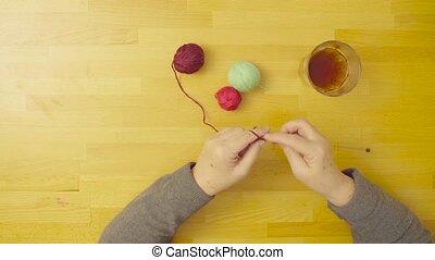 laine, femme aînée, tricot, mains