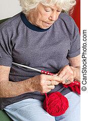 laine, femme aînée, tricot, rouges