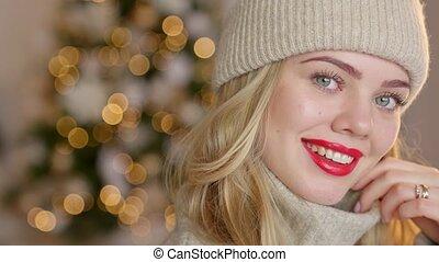 laine, femme, chapeau, cardigan, elle, blonds, rouge lèvres, sourire, habillé, rouges, chaud, maison, poser
