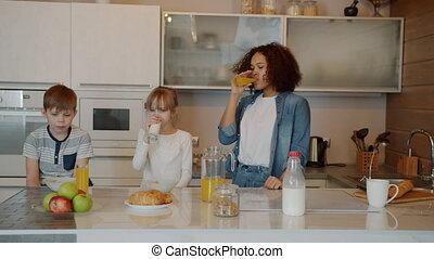 lait, baby-sitter, somnolent, petit déjeuner, cuisine, avoir...