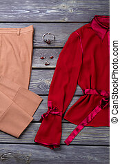 lakás, barna, dal, nadrág, blouse., piros