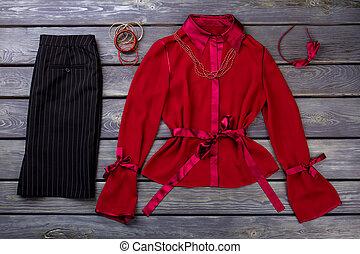 lakás, lay., black nadrág, blúz, piros
