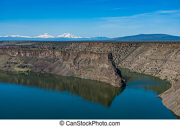 Lake Billy Chinook reservoir in central Oregon high desert -...