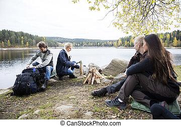 lakeshore, amis, préparer, camping
