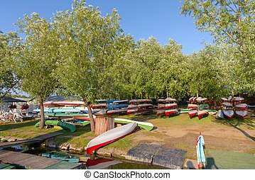 lakeside, canoës
