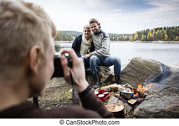 lakeside, couple, photographier, camping, homme