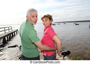 lakeside, paseo, pareja, bicicleta, 3º edad