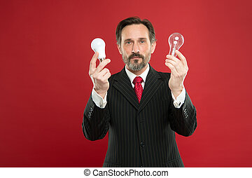 lamp., energy., 有, 力量, 电, outfit., saving., 灯, 衣服, 胡子, 公然反抗, 商业, 握住, inspiration., 人, 搜寻光, idea., 成熟, 商人, 男性, bulb.